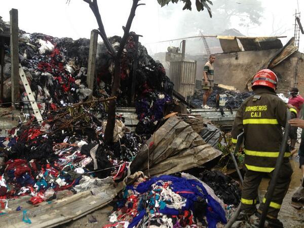 Monumental incendio en bodega de reciclaje