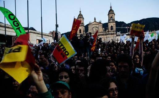 Continúan manifestaciones por destitución de Petro