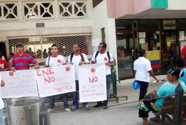 Miembros del Partido del Tomate protagonizan particular protesta