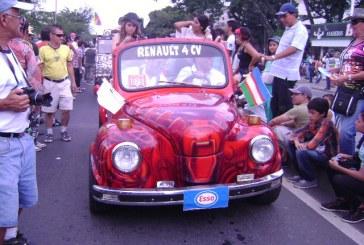 En imágenes: Color, alegría y carros antiguos en la Autopista de la Feria