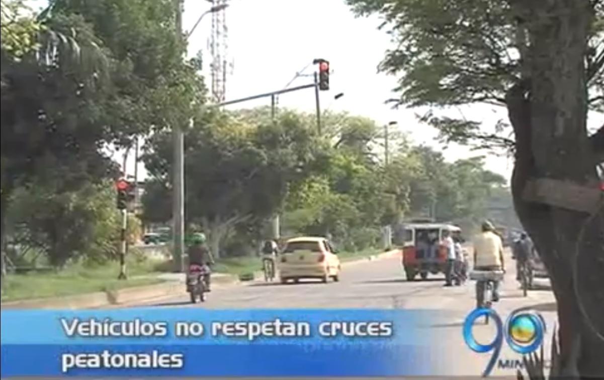 Conductores no respetan los semáforos peatonales