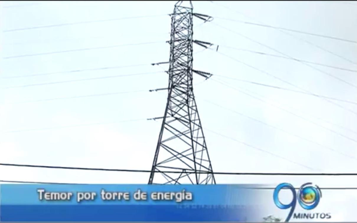 Temor por torre de energía que amenaza con venirse abajo
