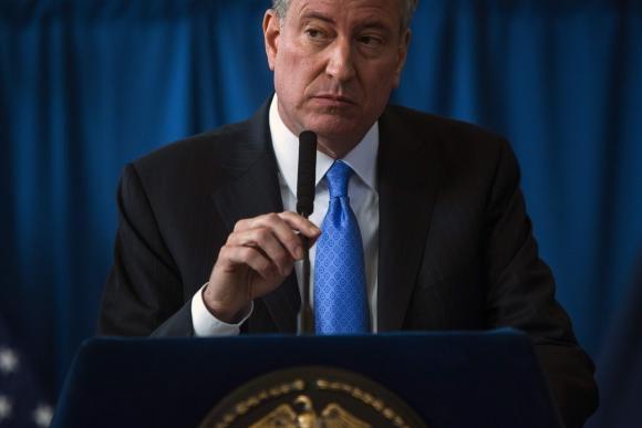 Alcalde de Nueva York dará tarjetas de identidad a indocumentados