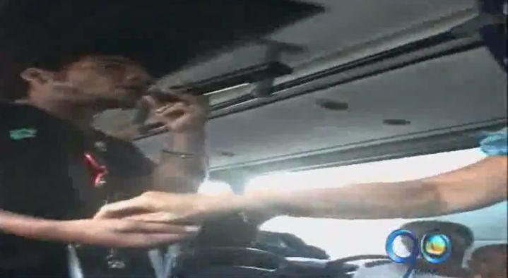 Vendedores ambulantes invaden los buses del Mío