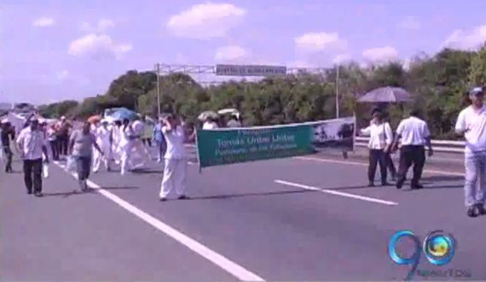 Bloqueo en la doble calzada por protesta de empleados de hospital de Tuluá