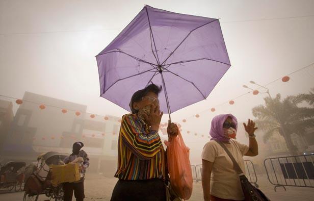 Dos muertos y docientos mil evacuados por erupción de volcán en Indonesia