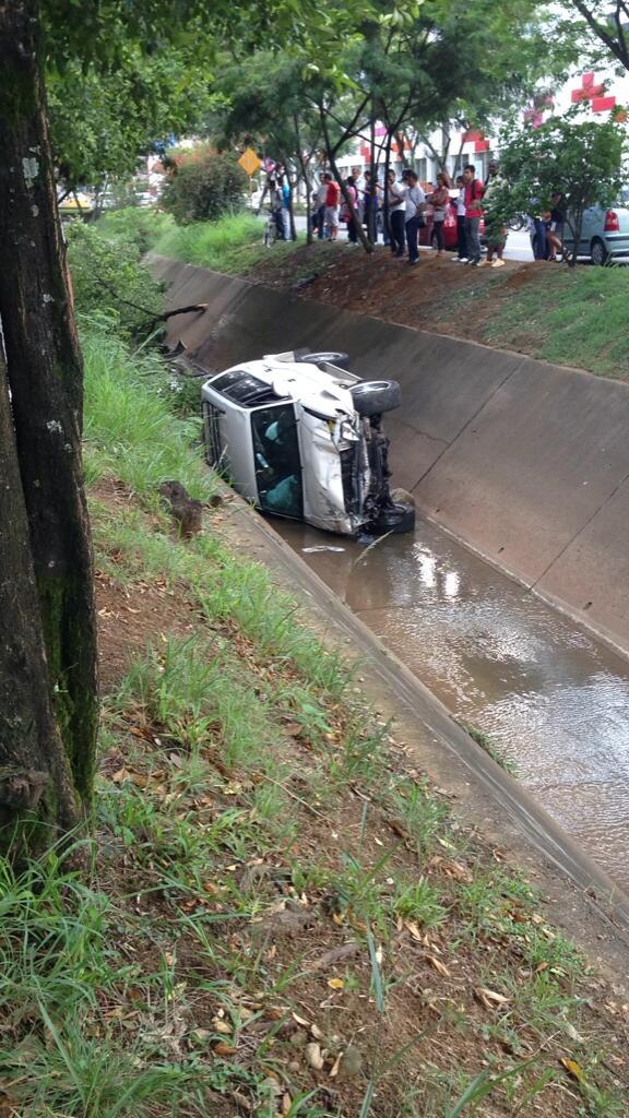 Accidente de tránsito causó la caída de un vehículo al caño