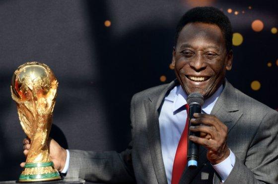 Pelé presentó en Paris el trofeo de la Copa del Mundo Brasil 2014