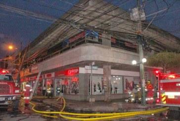 Incendio de grandes proporciones en almacén de ropa