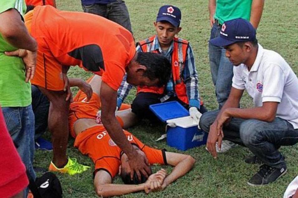 Un futbolista muere por un golpe del arquero rival en Indonesia