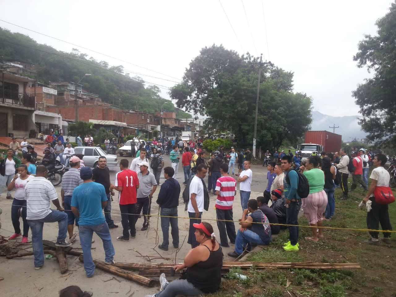 Habitantes del barrio Juan Pablo II bloquean vía Cali – Yumbo