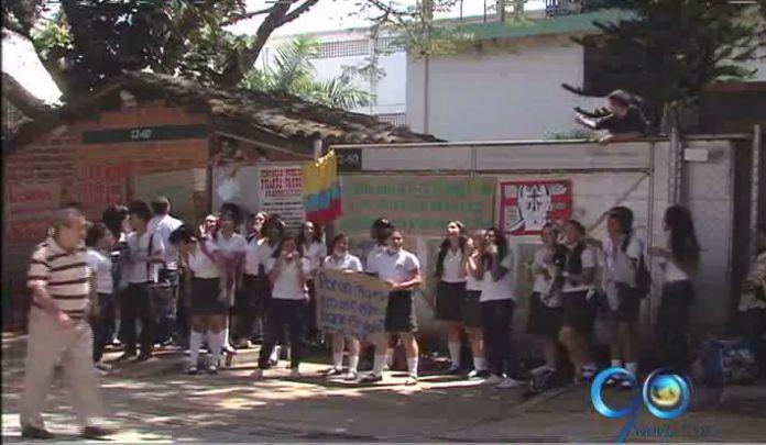 Estudiantes de la Normal bloquean entrada de su colegio