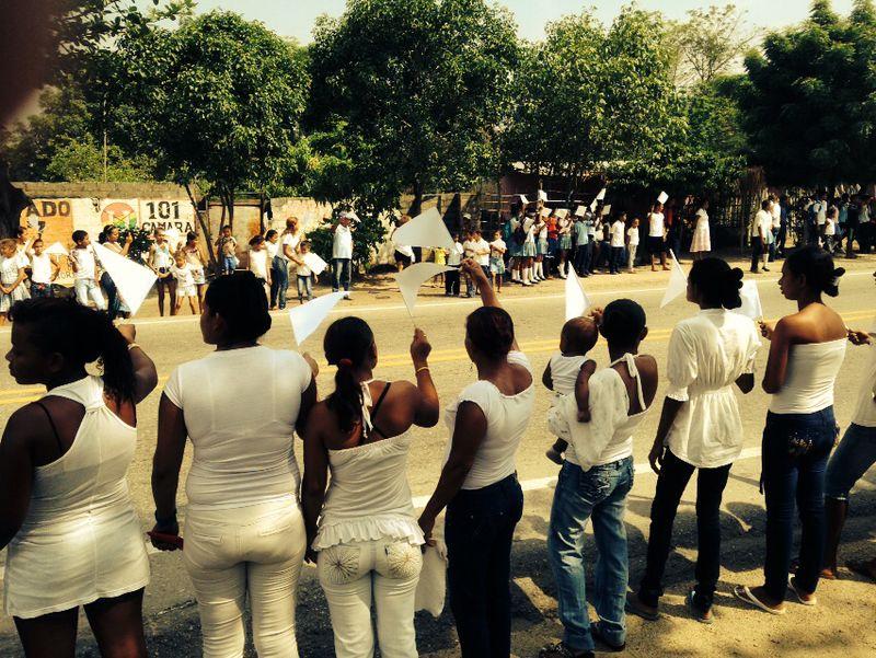 Habitantes de Fundación acompañan 'caravana de angelitos'