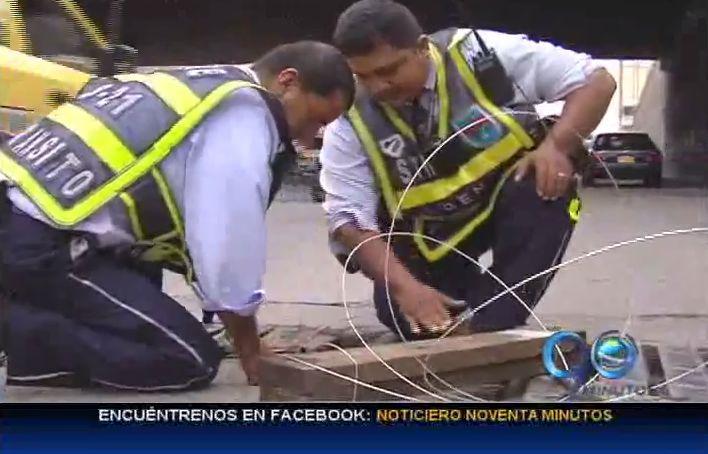 Guardas de tránsito arreglaron tapa de alcantarilla en la calle 5a