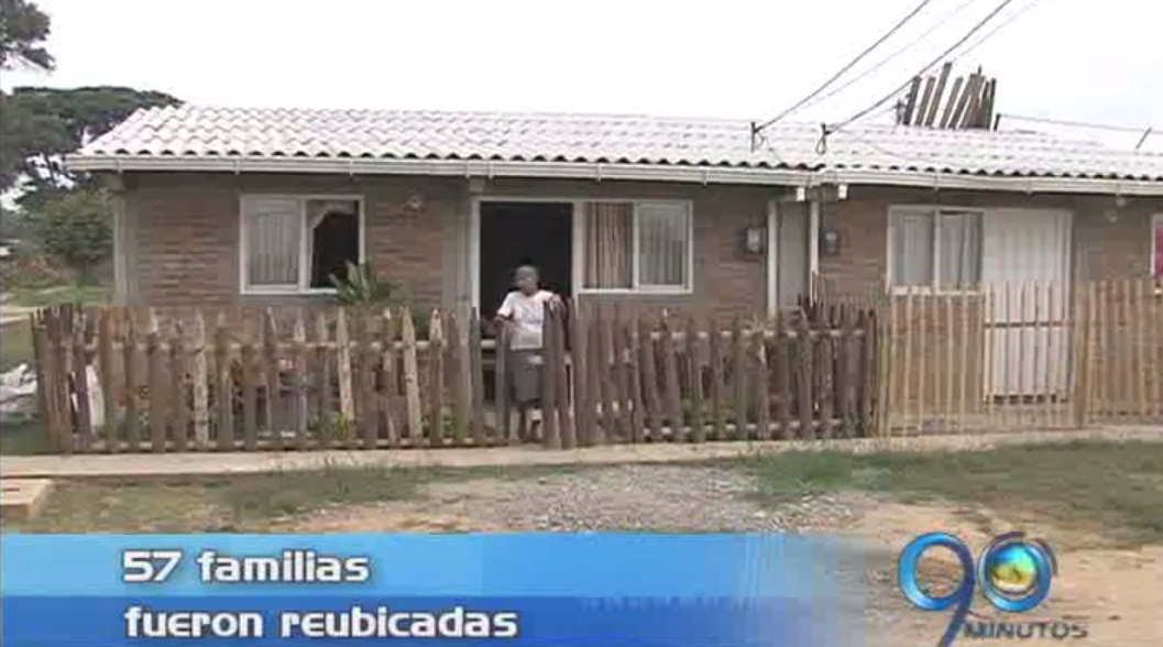 Reubican familias que vivían bajo puente de Juanchito
