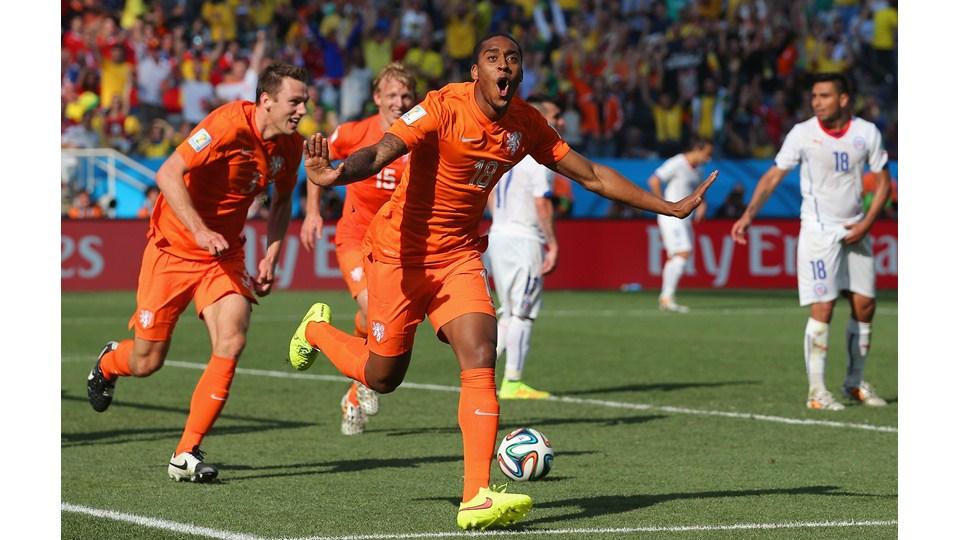 Holanda venció a Chile 2-0 y terminó como líder del grupo B