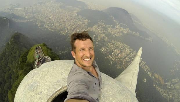 Trotamundos se toma una selfie desde la cabeza del Cristo Corcovado