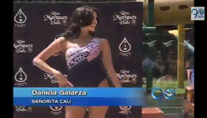 Desfile en traje de baño de las candidatas a Señorita Valle