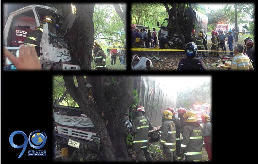 Hombre quedó atrapado tras colisionar contra un árbol