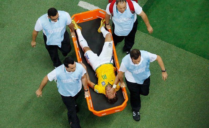 Neymar tiene fractura de vértebra, no seguirá en Mundial