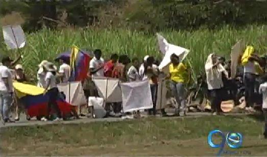 Protesta de trabajadores del Hospital de Zarzal bloqueó la doble calzada
