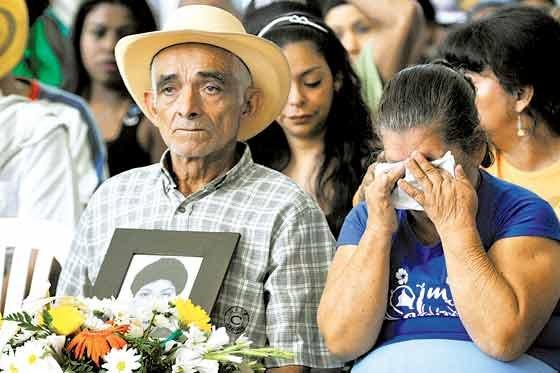 Entregan los restos mortales de dos víctimas de las AUC a sus familiares