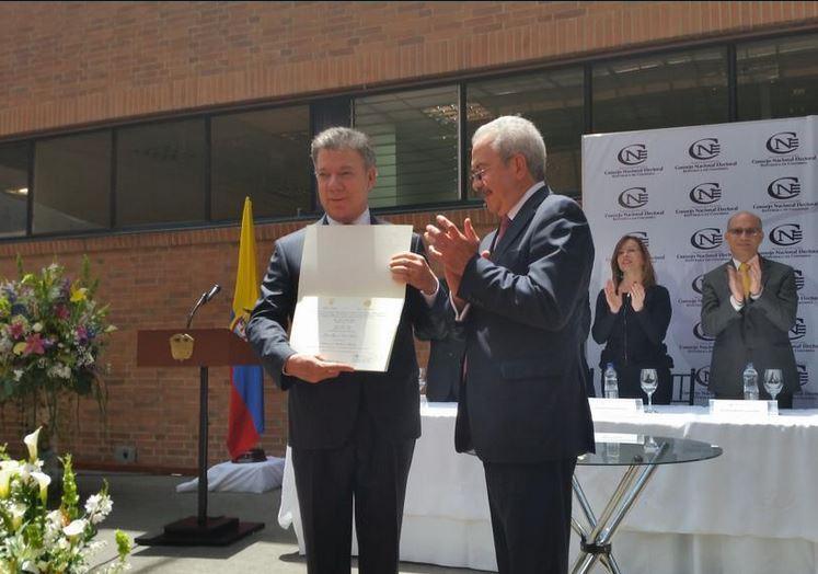 Santos recibe credencial para posesionarse en su reelección