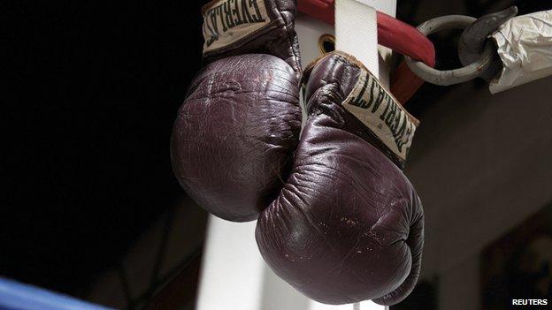 Pagan más de 700 millones de pesos por guantes de Muhammad Alí