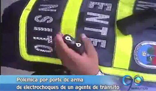 Agente de tránsito con arma de electrochoques genera polémica