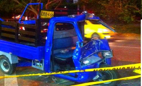 Dos personas quedaron atrapadas en una motocarro tras accidente de tránsito