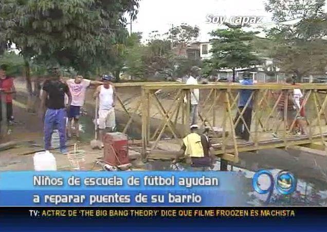 Niños de una escuela de fútbol ayudan a reparar puentes del barrio