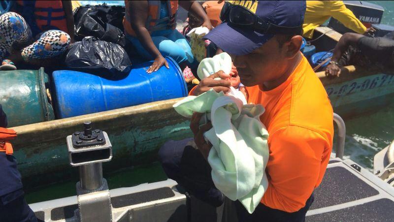 Un recién nacido y siete personas más, rescatadas de naufragio