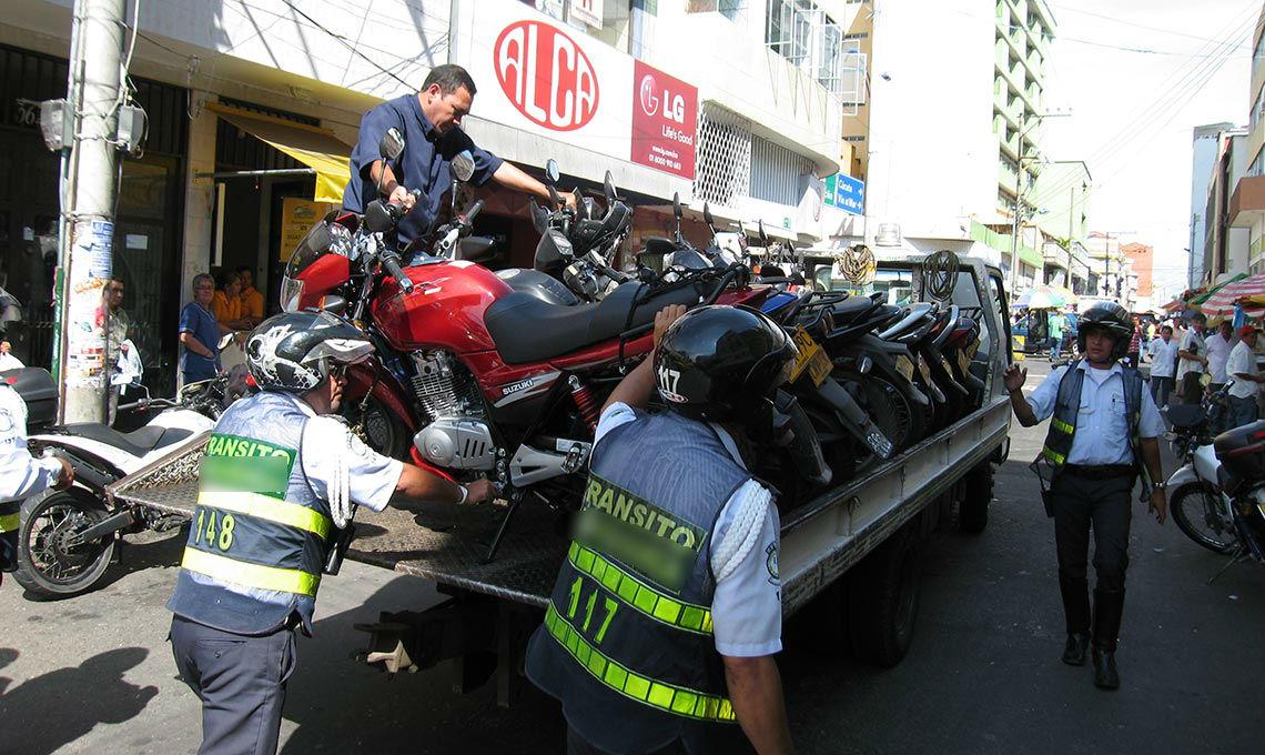 Denuncia contra guardas de tránsito, por vínculos con grúas