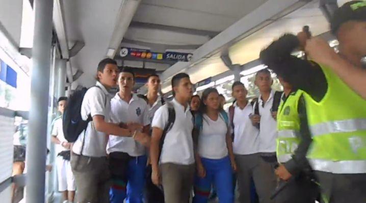 #Video90: Así se cuelan estudiantes en algunas estaciones del Mío