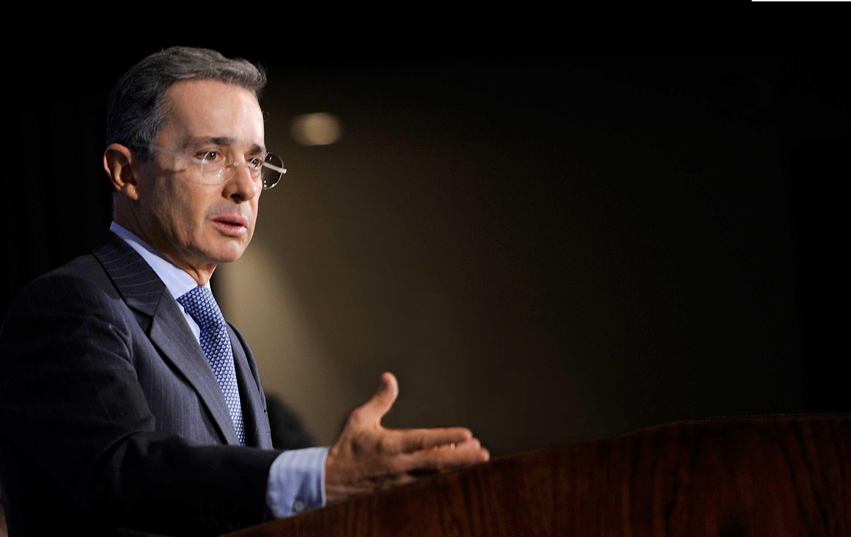 Gobierno de Uribe habría girado dinero para acercarse a Farc