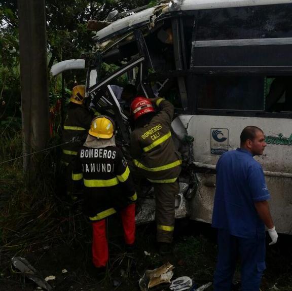 Liberan conductor atrapado en accidente en vía Cali – P. Tejada