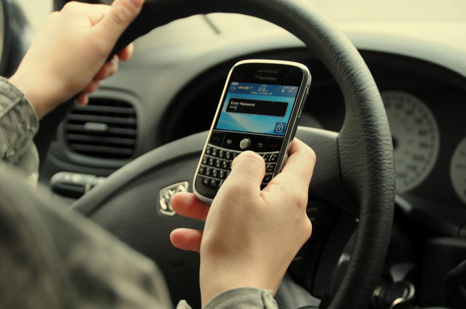 Anuncian multas a quienes usen el celular mientras conducen