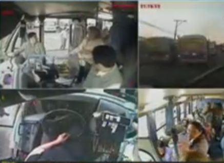 Conductor de bus ofreció su asiento a mujer con bebé en brazos