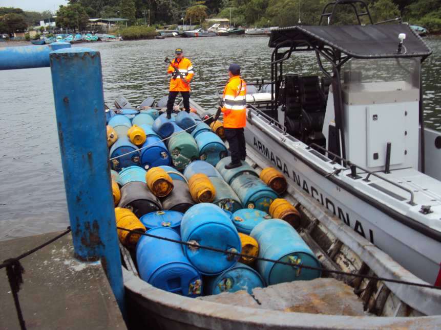 Armada incauta 2.500 galones de combustible ilegal en Tumaco