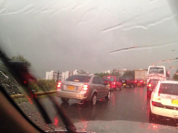 Un incendio y congestión vehicular por lluvia en Cali