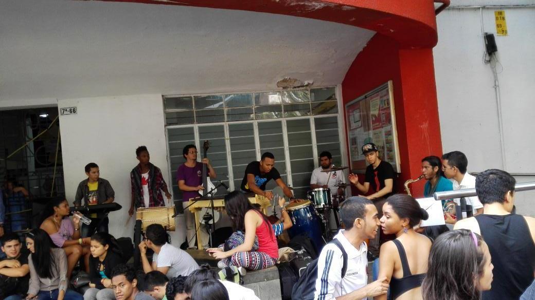 Con manifestación, estudiantes de Bellas Artes piden recursos