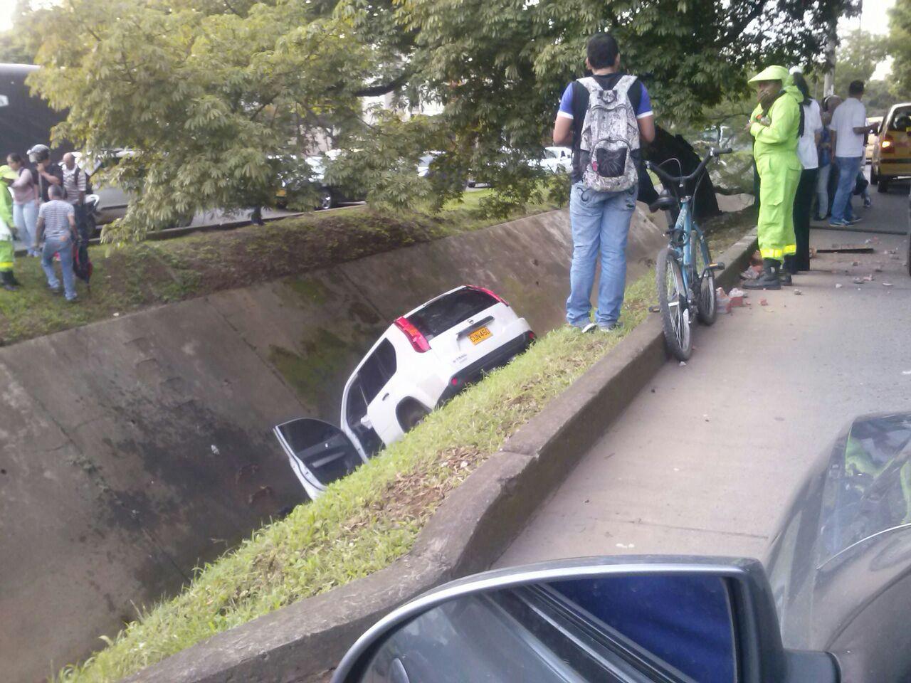 Una camioneta se fue a un caño y dejó tres heridos