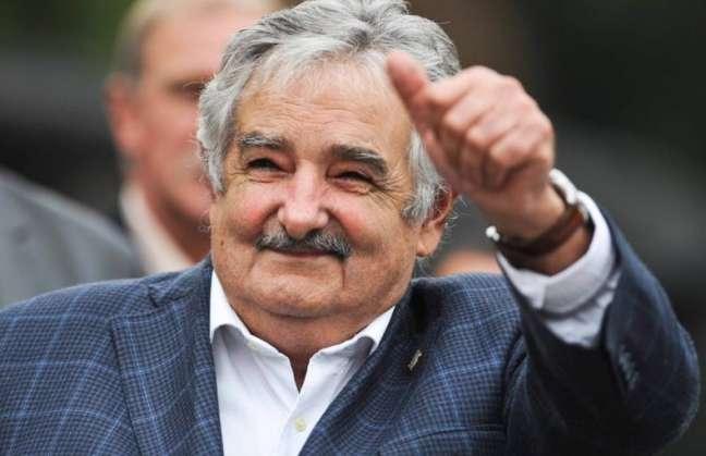 José Mujica le da limosna a un mendigo durante una entrevista