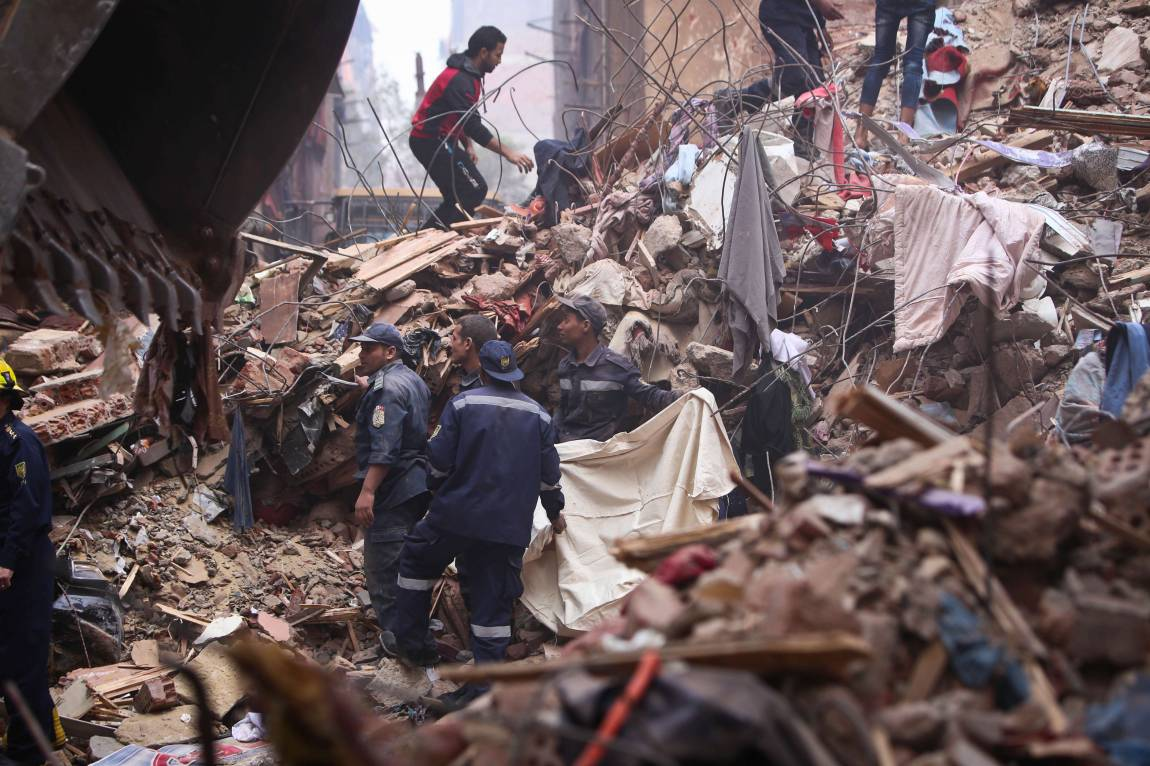 Desplome de edificio en El Cairo deja diecisiete muertos