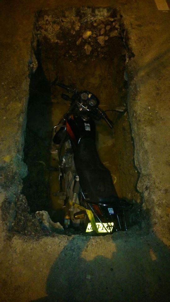 Tapan hueco en importante vía de Cali donde cayó motociclista