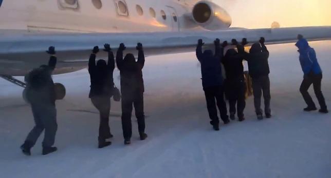 Pasajeros se tuvieron que bajar y empujar el avión para que despegara
