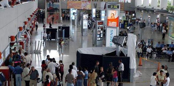 Pasajeros protestaron en la pista el Aeropuerto Alfonso Bonilla Aragón