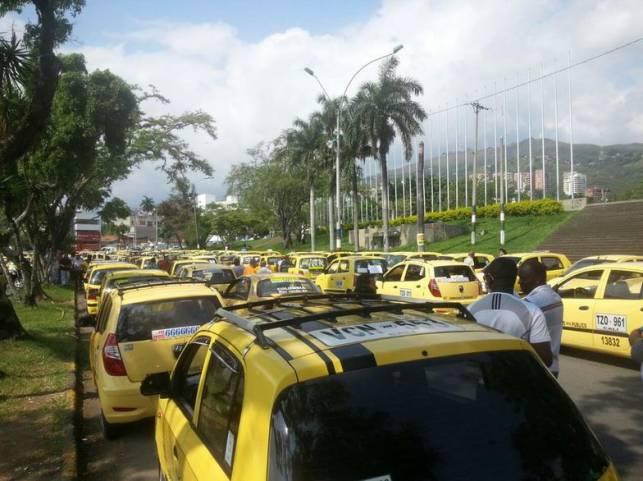 Taxistas protestan contra Uber y transporte blanco