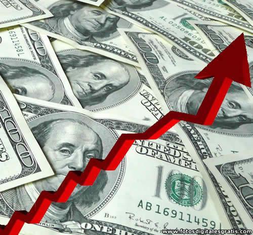 Dólar supera cifra histórica de 2.400 pesos y cerraría en 2.500
