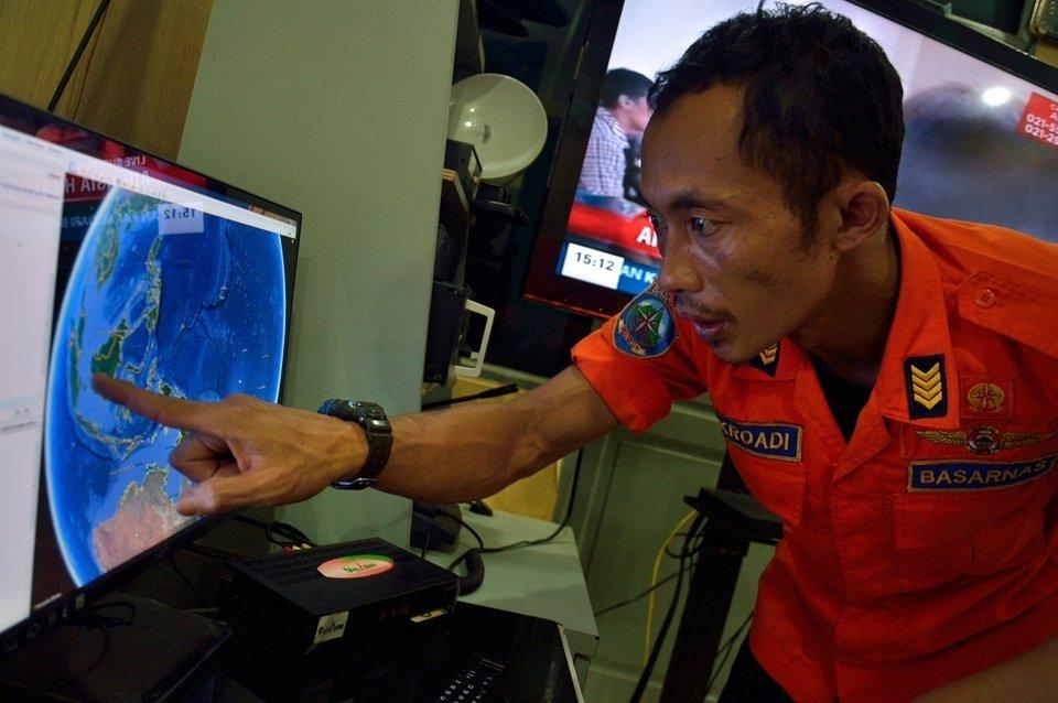 Indonesia recupera tres cadáveres del avión AirAsia que iba hacia Singapur